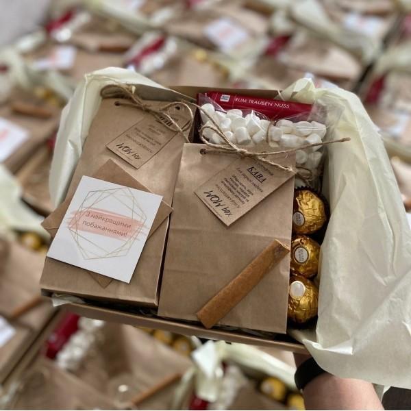 Подарунковий набір з кавою, чаєм та солодощами