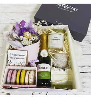 Подарунок дівчині з квітами та шампанським