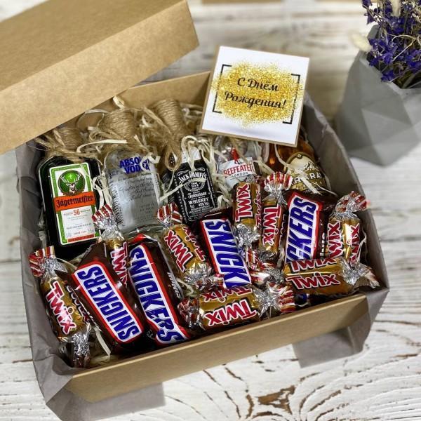коробочка різного мініалкоголю з цукерками