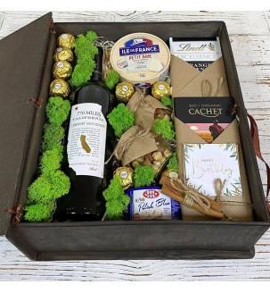 Подарок з вином, сырами и шоколадом