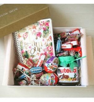 Подарунок дівчинці з блокнотом і солодощами