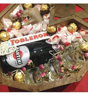 Деревянное сердце со сладостями, шампанским и свечами вид в