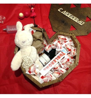 Деревянное сердце со сладостями, вином и игрушкой